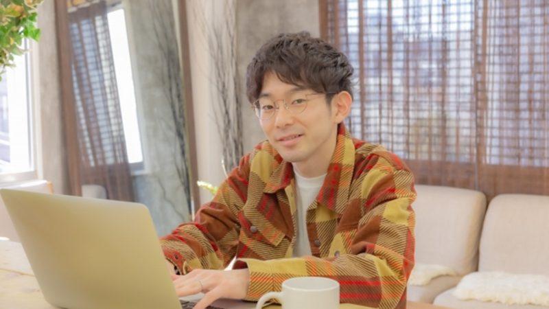 パソコン操作中の男性